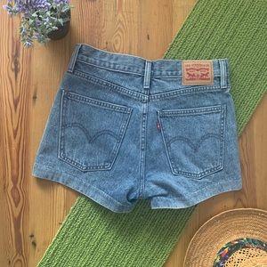 Sz 26 Levi vintage wash high waisted shorts